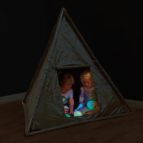 Cabane espace noir pyramide