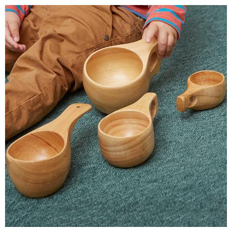 Collection de tasses en bois de tailles assorties